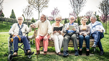 קשישים נהנים בשיח וקריאה בפארק .jpg