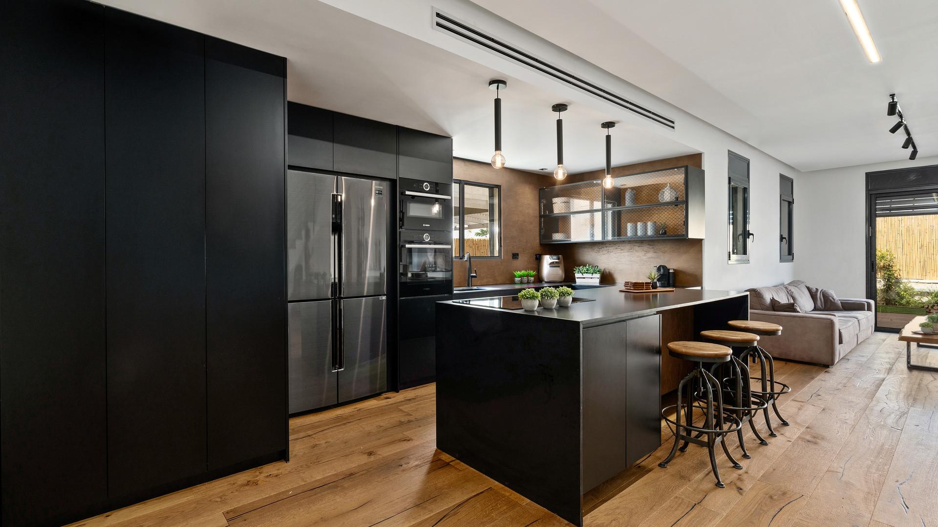 מטבח אקלקטי שחור משולב עץ
