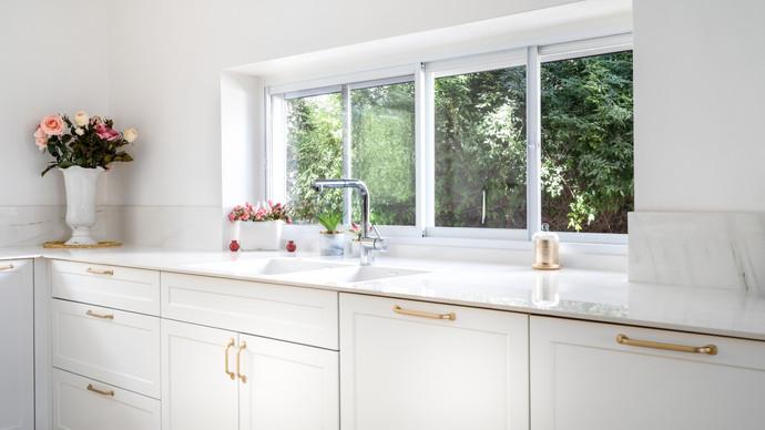 החלון מציץ על הכיור