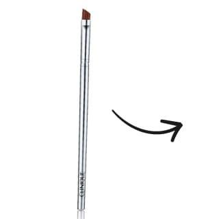 Pincel biselado. Es un pincel bien chato y de pelo corto, ideal para maquillar las cejas y crear delineados sobre la línea de las pestañas. Sirve para trabajar texturas cremosas y en polvo.