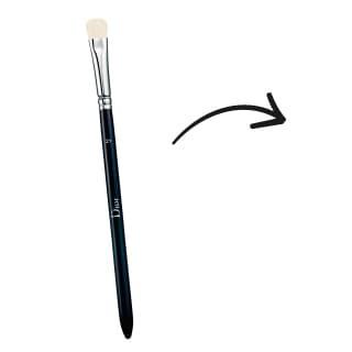 """Pincel de sombras chato. También llamado """"lengua de gato"""" pero a diferencia del pincel de base es de pelo natural, se utiliza para aplicar la sombra en el párpado móvil, es decir que es el pincel que te ayuda a colocar una mayor cantidad de producto del color que hayas elegido."""