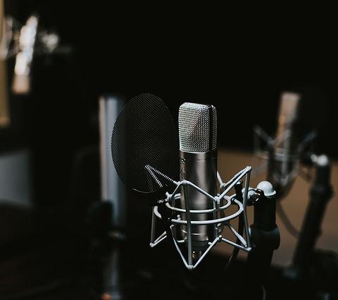 Condenser%20microphone%20in%20a%20studio_edited.jpg