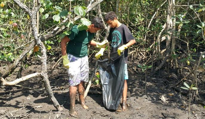 Voluntários do ICC recolhem 250kg de lixo em São Sebastião