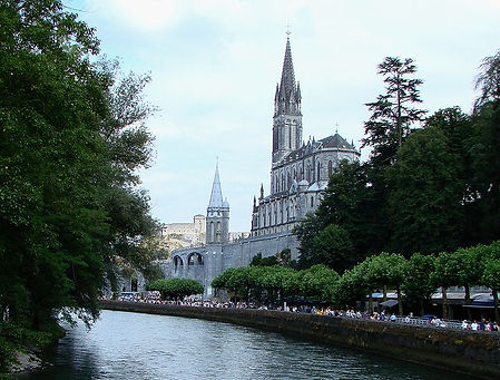 Lourdes_with_Sanctuaries,_Castle_and_Gav