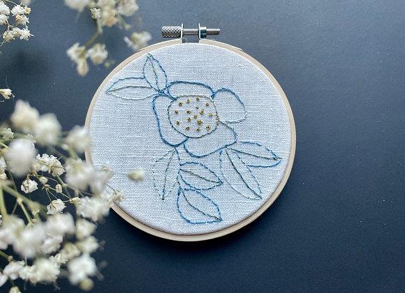 """Broderie tableau """"Grande fleur"""" au traits bleu et doré"""