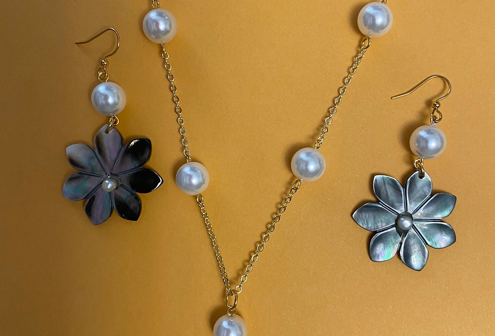 Flower mother of pearl necklace and earrings set