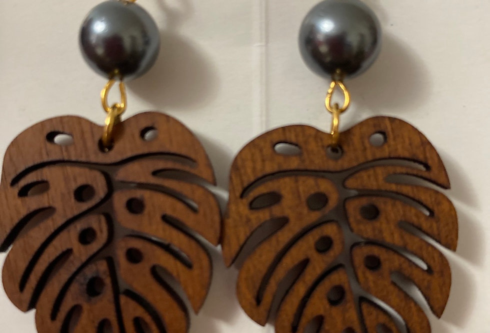 Wood monstera laser earring with mother of pearl
