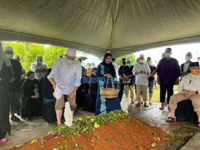 Apologies for not allowing public to visit, says Fadillah at mother's funeral
