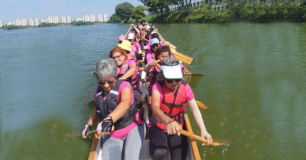 mulheres em remissão de câncer de mama que praticam remo na Raia Olímpica da USP pelo Projeto Remama