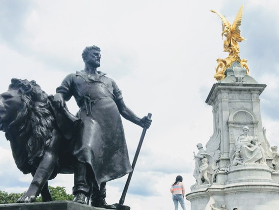 Victoria Memorial next to Buckingham Palace is a great spot to observe the Changing of the Guard ceromony