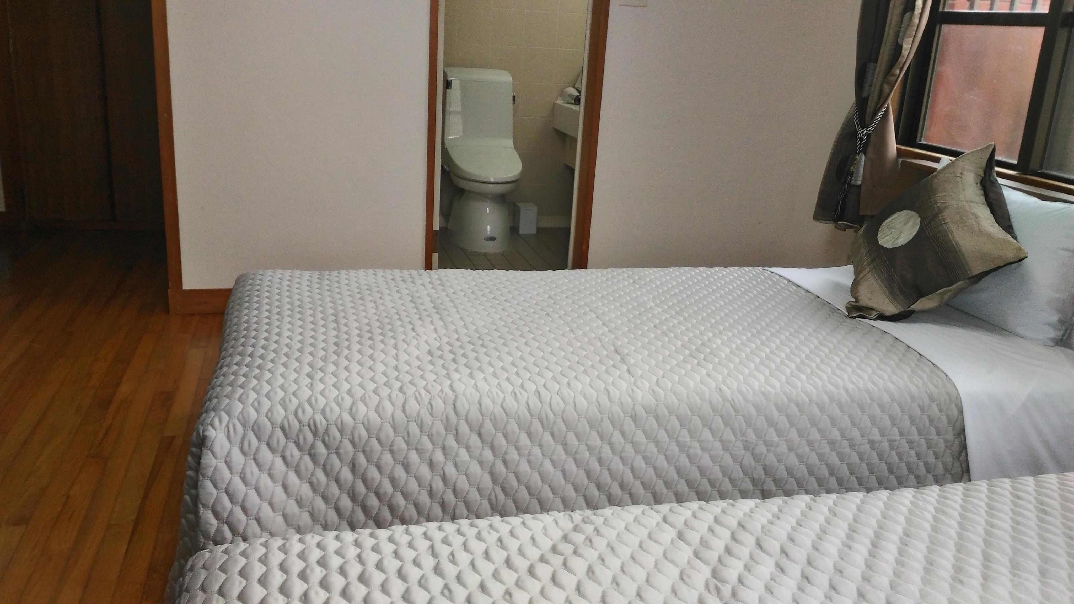 1階寝室(専用バス・トイレ付き)
