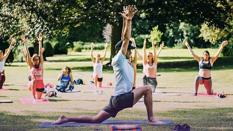 Yoga en extérieur avec Raf
