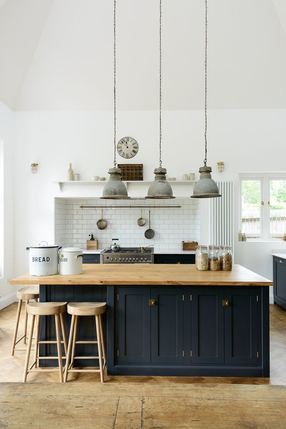 SEVEN THINGS THAT YOU NEED TO HAVE THE PERFECT FARMHOUSE KITCHEN