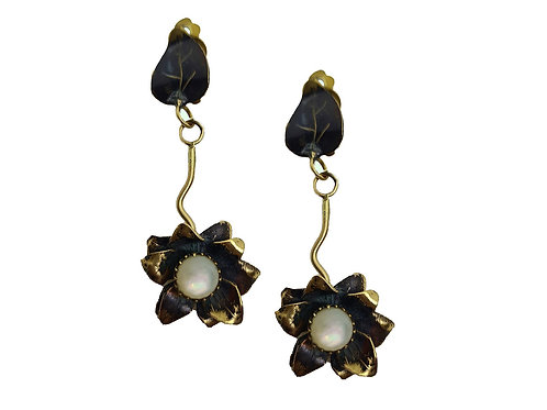Boucles d'oreilles fleur en laiton patine noire et sa nacre