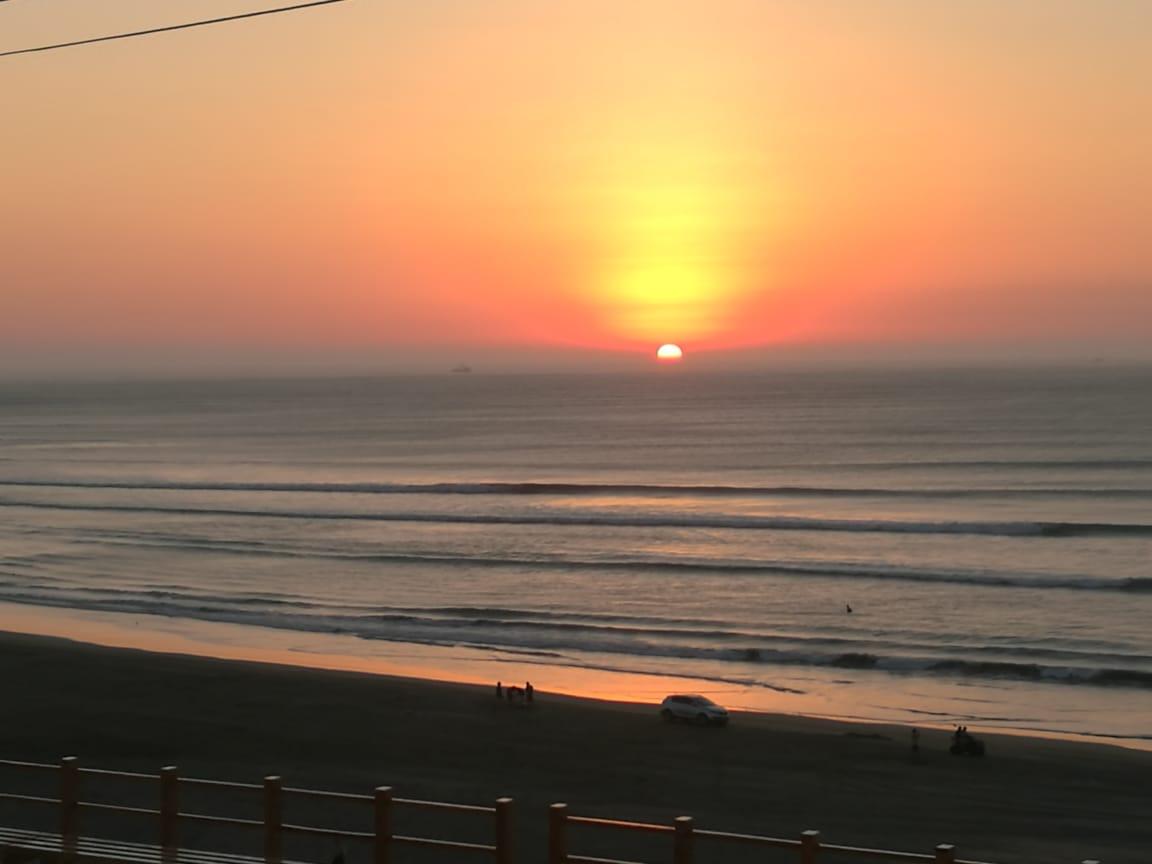 Disfruta el sunset con las olas