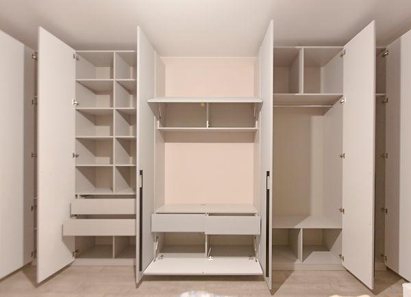 Шкаф в нишу встроенный с распашными дверями серый москва