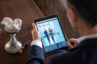 Marcus Drda betrachtet sein iPad neben der Kerze und seinem Siegel