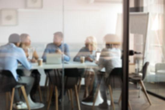 Teammeeting in einem Büro mit Glasflächen