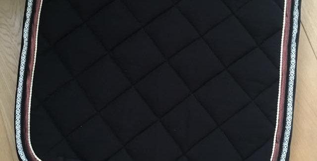 Tapis noir cuivré avec dentelle