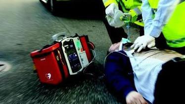 Infarto all'uscita della palestra, 44enne salvato con il defibrillatore