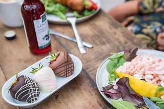 Njut av en räkmacka med skagenröra på Vareborgs kafé