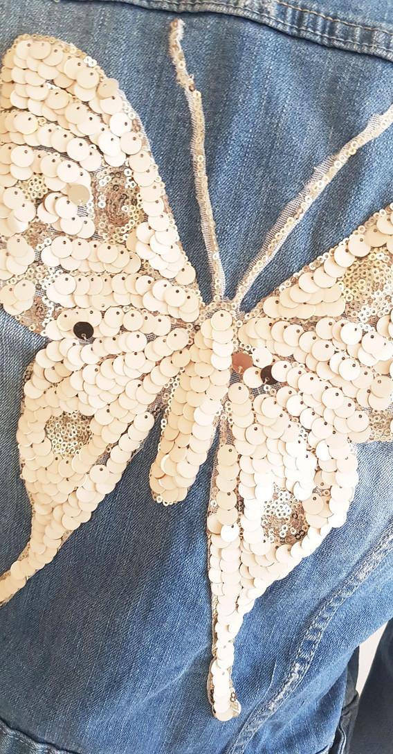 Jeansjakke-str-42-sommerfugl-02.jpg