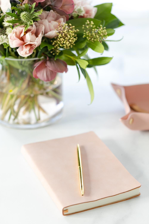 Skrivbok och en penna