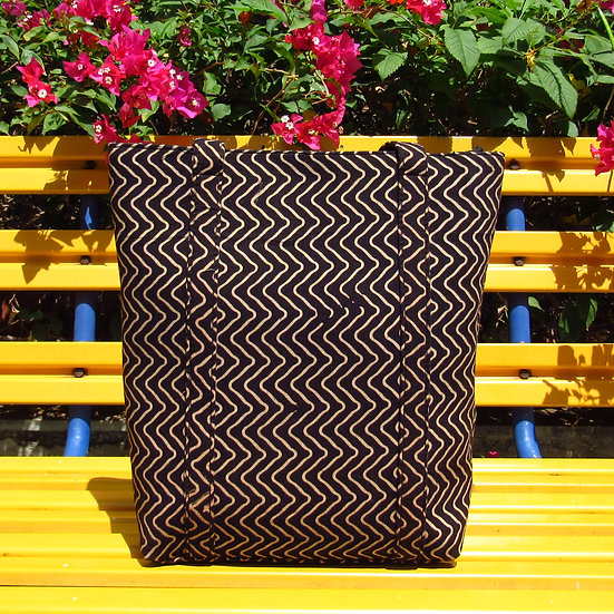 Sulu Tote in Black Waves