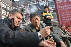 Un chinois intrigué par ses propres anneaux