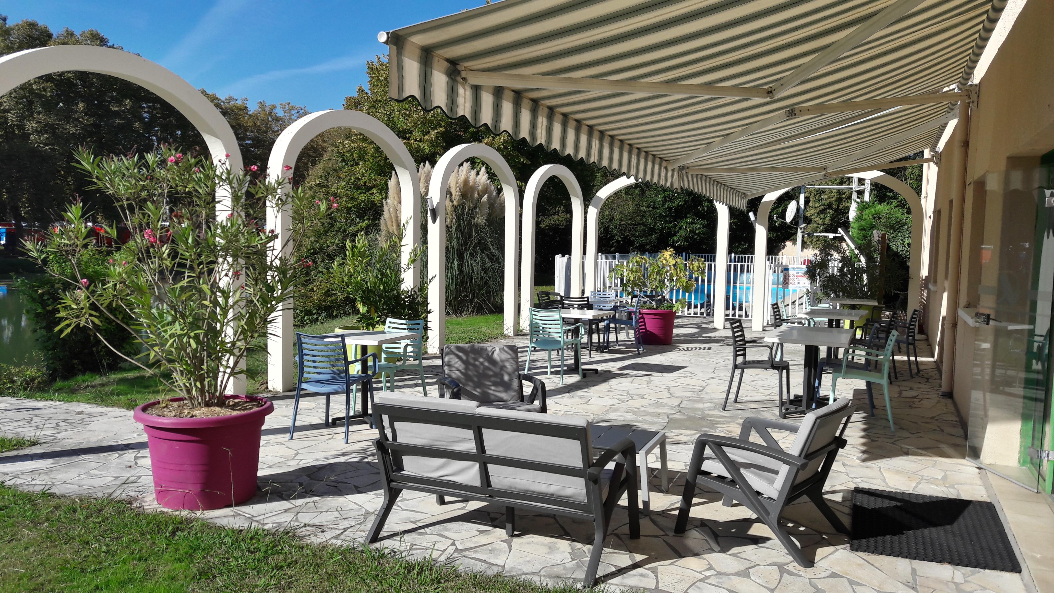 Terrasse et piscine au bord de l'Adour