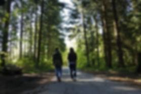 une psychologue donnant une consultation psychologique à Lausanne dans la nature