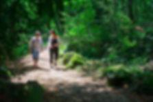 Une psychologue et sa cliente selon l'approche walk and talk