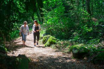 Une psychologue et sa client dans une forêt de Genève