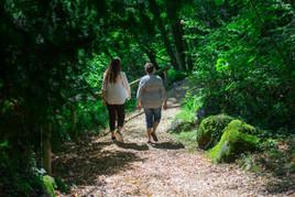 Une psychologue et sa client dans une forêt de Fribourg