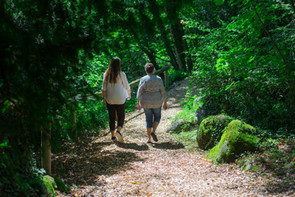 Une psychologue et sa cliente en forêt