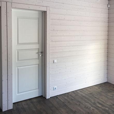 Вагонка, паркет, двери Jeldwen, стены полы в загородном доме