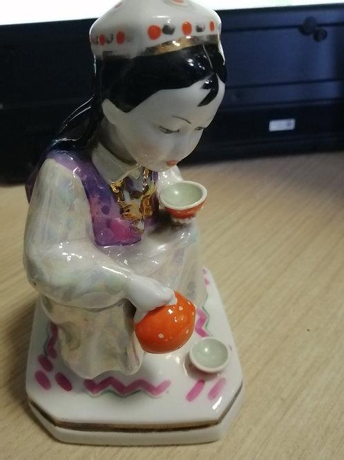 """Фарфоровая статуэтка """"Узбечка с чайником"""""""