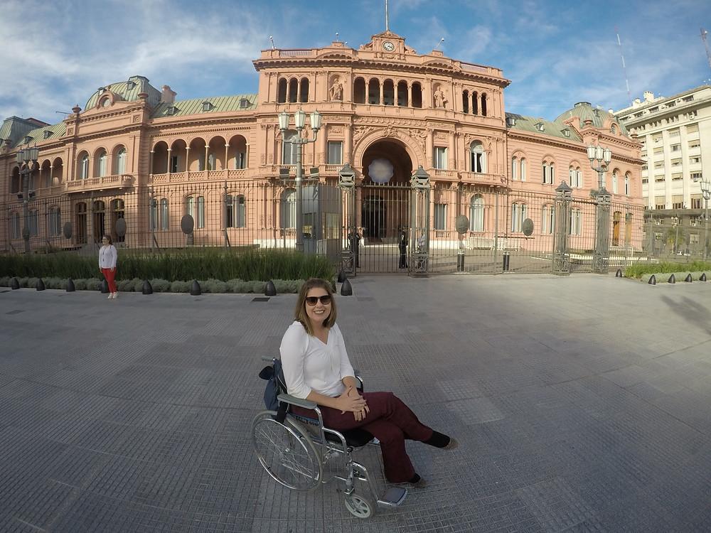 Ketly em sua cadeira, com a Casa Rosada ao fundo