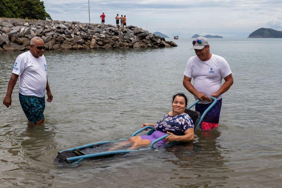 Há tempos não entrava no mar, sem essa cadeira adaptada não seria possível - dona Edna Alves Foto: Divulgação/PMSS