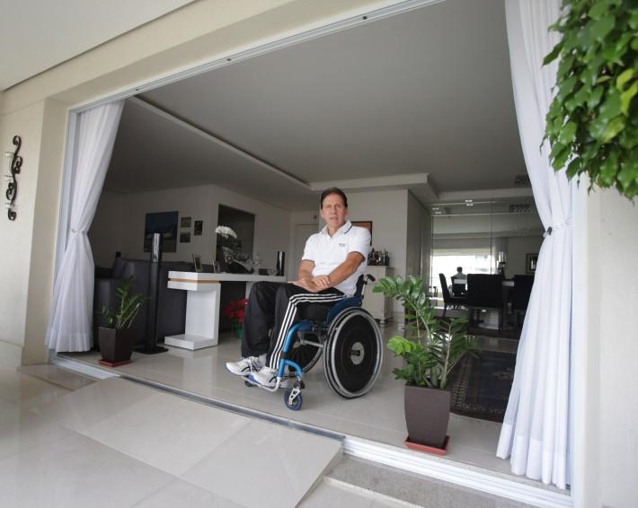 Cadeirante há 22 anos, Edson Alba passou pelo processo de pedir uma unidade adaptada antes da vigência do artigo. Foto: Nilton Fukuda