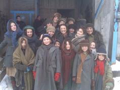 "Foto de rodaje de ""Ispansi"" con niños de la película"