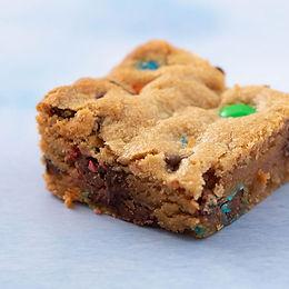 Peanut Butter and Candy Cookie Bars / Fıstık Ezmesi ve Drajeli Kurabiye Barları