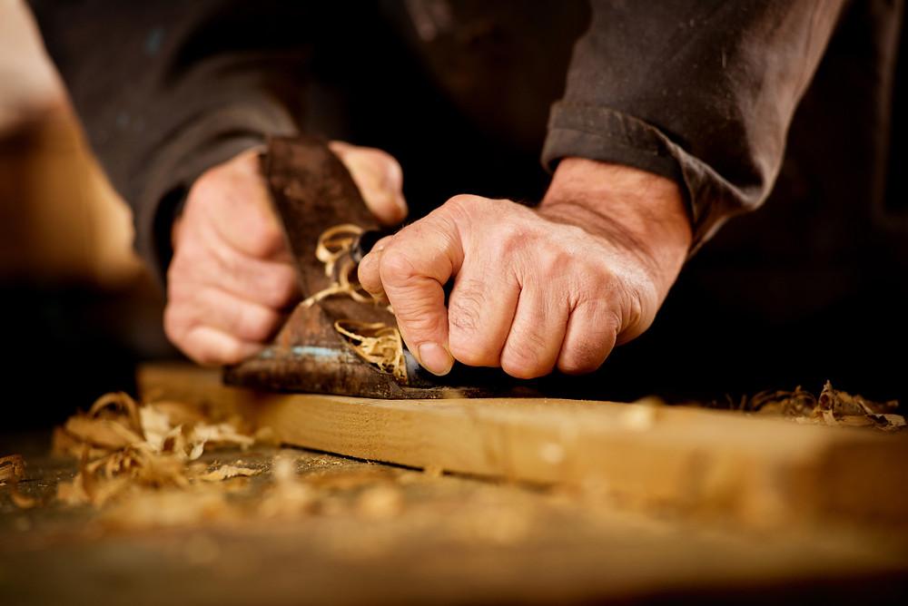 ebanista fabricando un mueble a medida en madrid