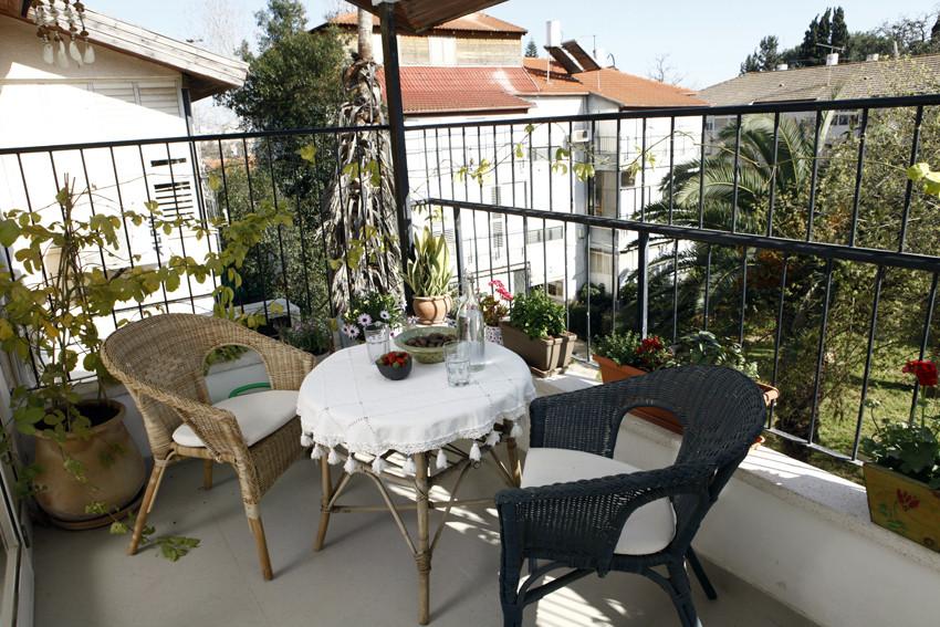 המרפסת הפונה לחצר