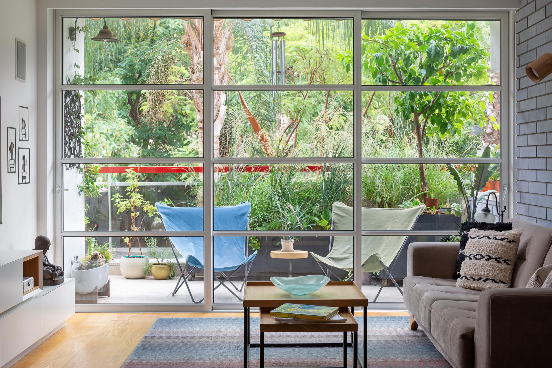 סלון-מבט למרפסת הקידמית