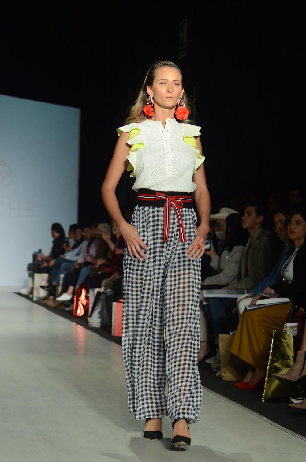 Espectaculares detalles en la blusa y los cuadros dominan en la marca