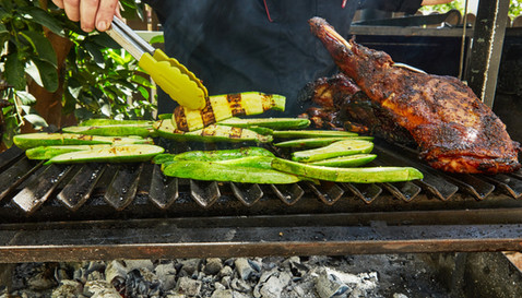 בשר על הגריל לצד ירקות ומלקחיים