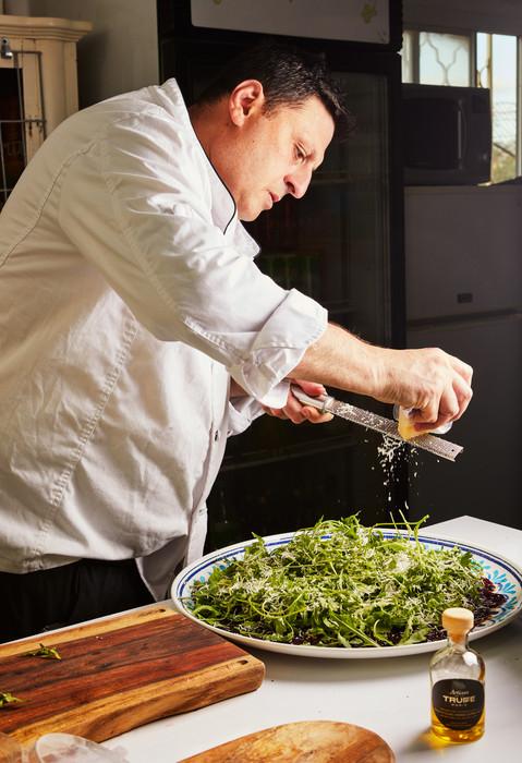 שף אלכס סטולרביץ מכין אוכל