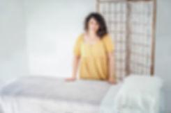 ג'וליה בלום דולה נשענת על מיטת טיפולים