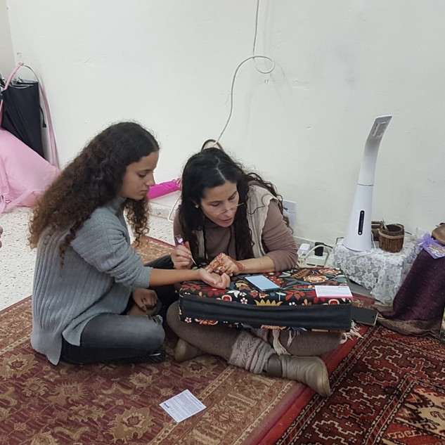 חן חינה - מעטרת בסדנת חינה במגמת ערבית בתיכון 2018
